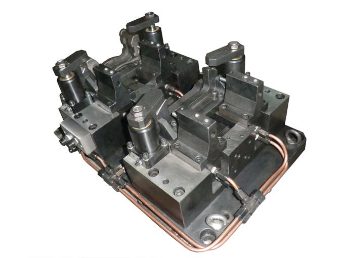 铣镗液压夹具:用于铣镗汽车零部件拨叉,夹具采用双工位设计,结构紧凑
